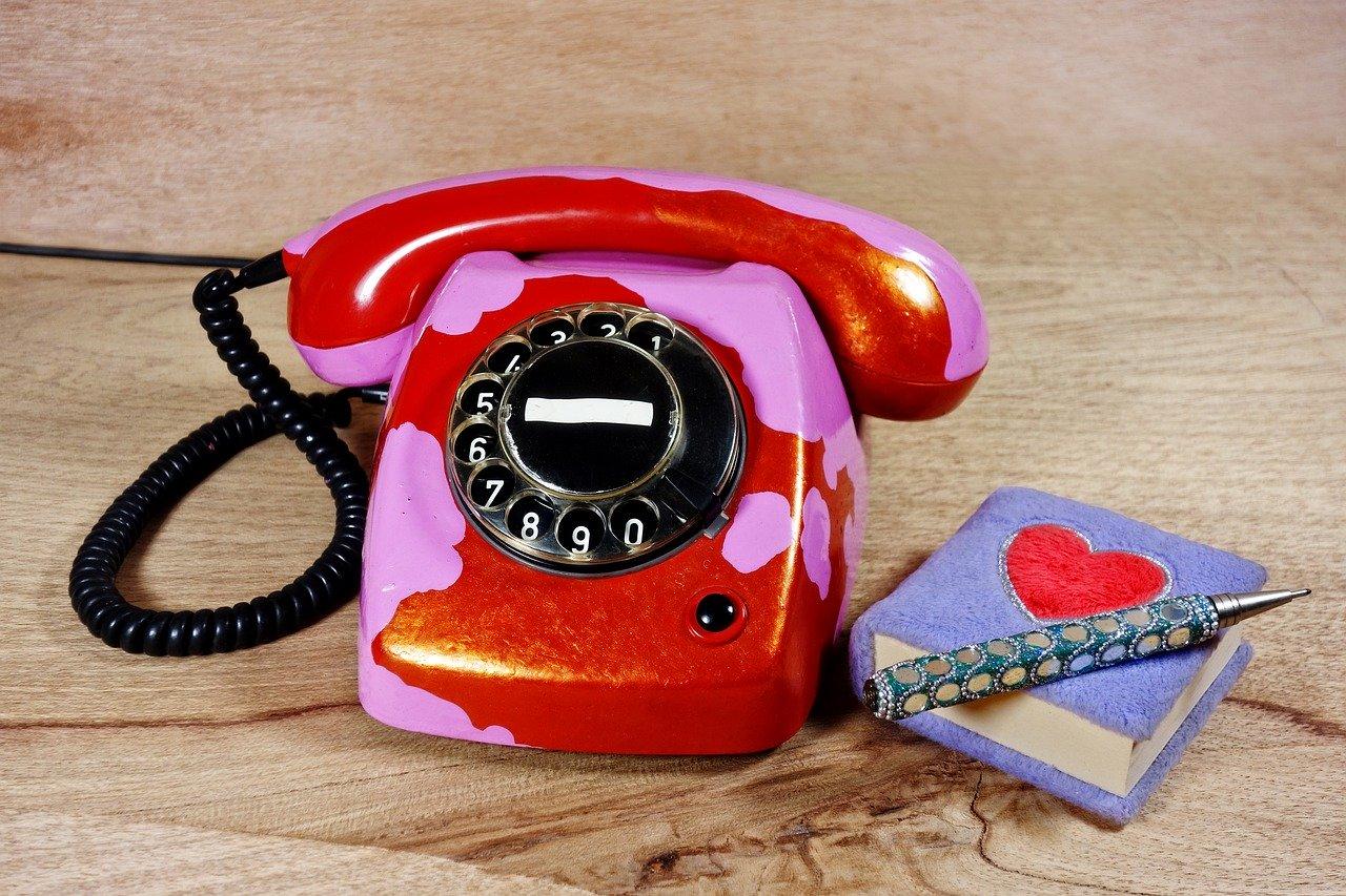 téléphone rouge avec carnet
