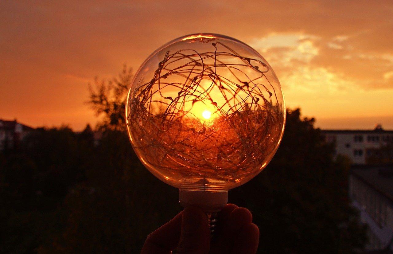 Ampoule en extérieur avec coucher de soleil