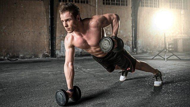 homme qui fait de la musculation avec haltères