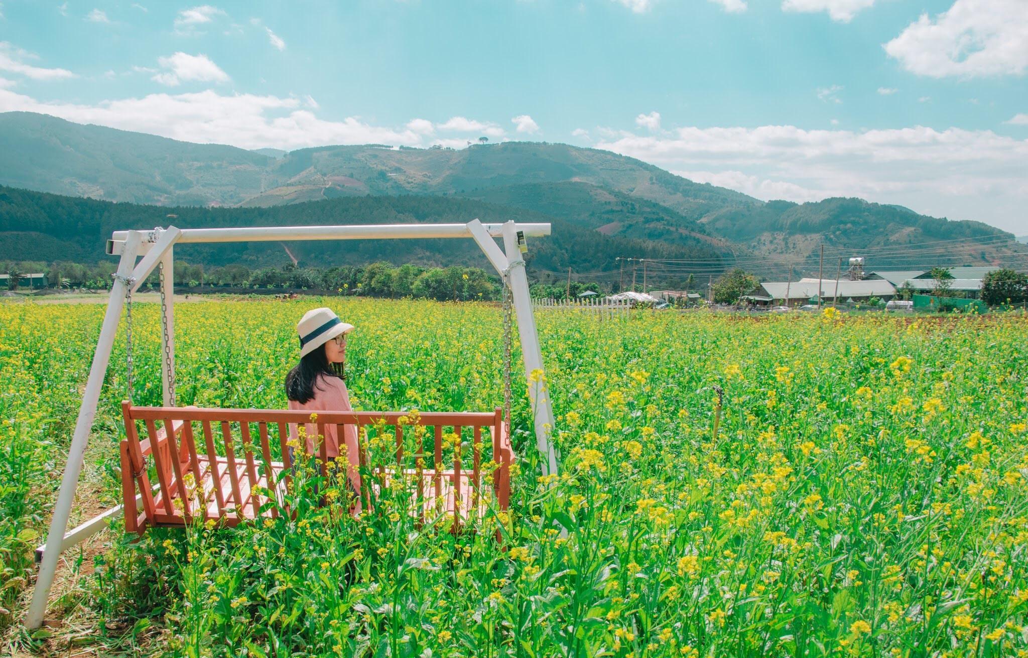 Balancelle dans un champs avec fille au chapeau