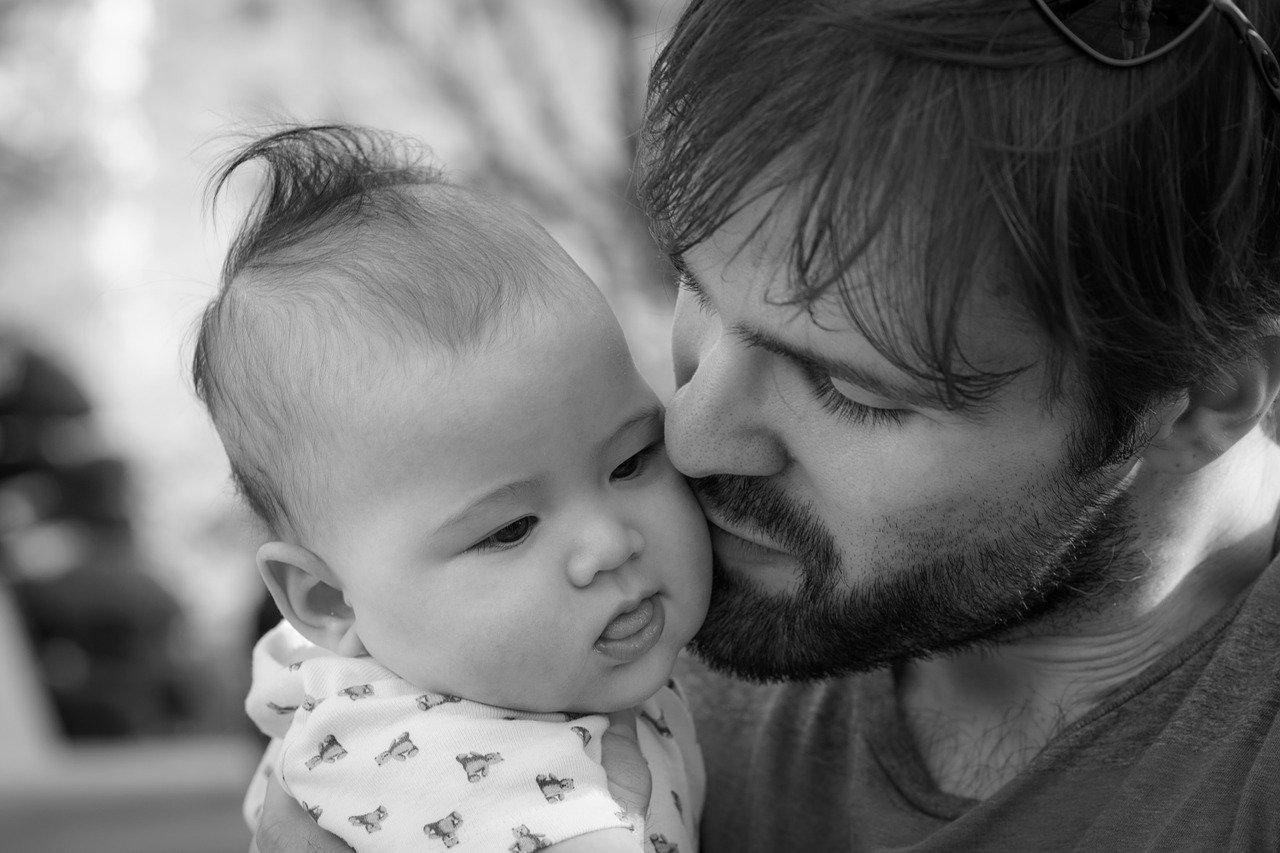 Père et enfant noir et blanc