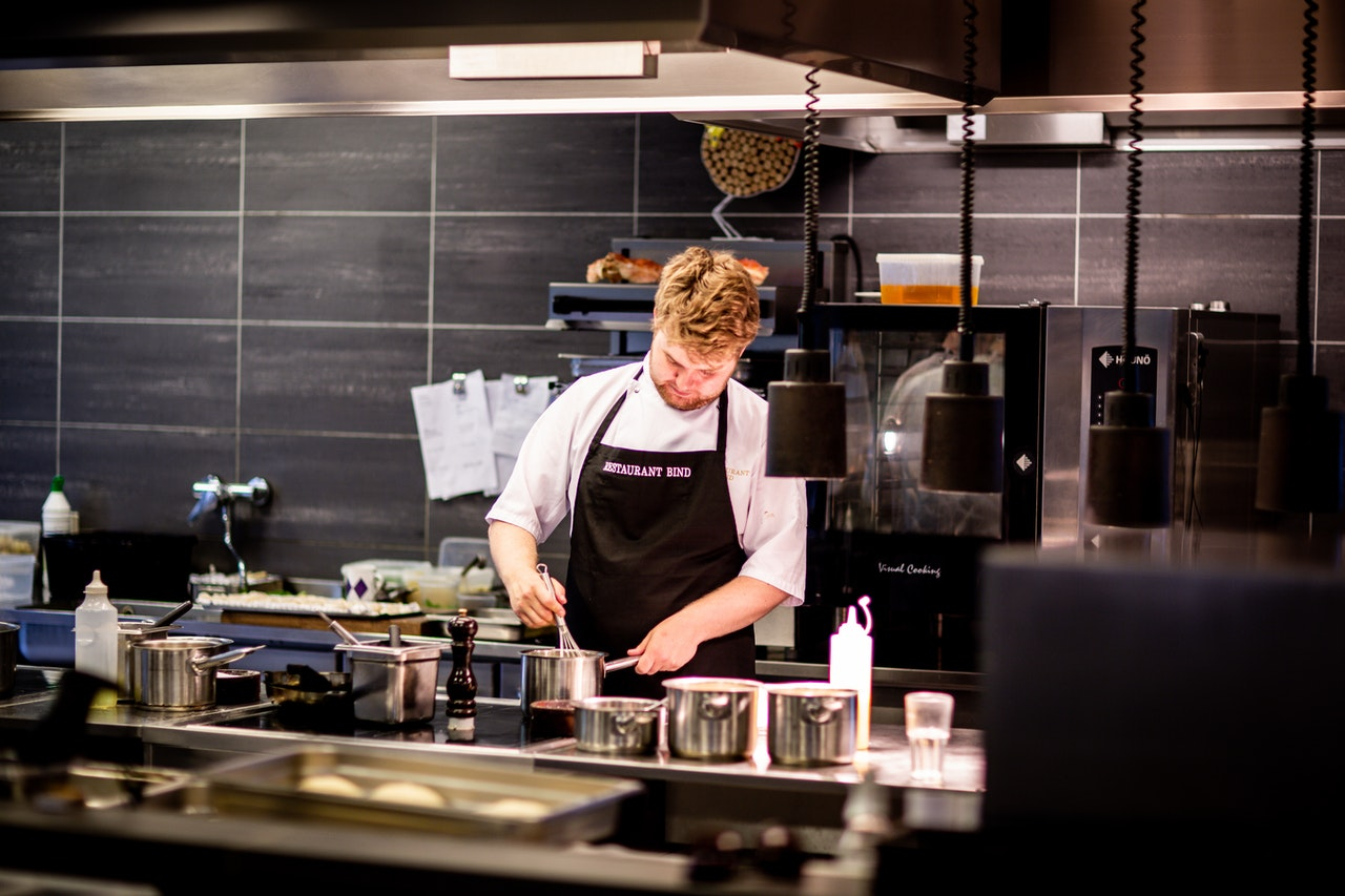 Chef de cuisine travaillant minutieusement