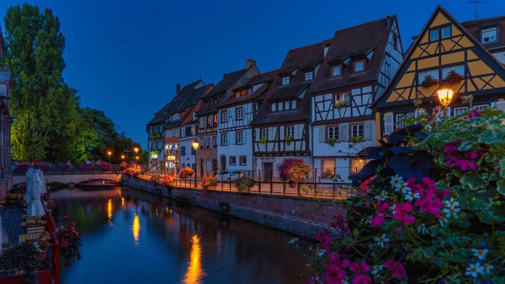 Ville d'Alsace de nuit, avec maisons typique en colombage