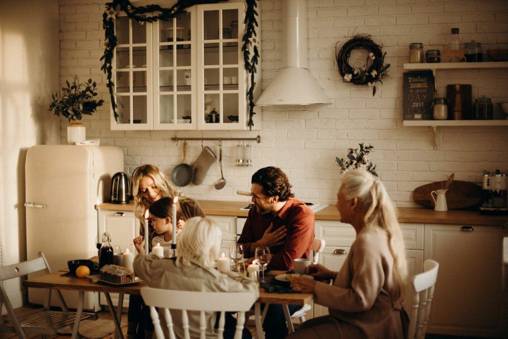 Famille dinant dans salle à manger en cuisine