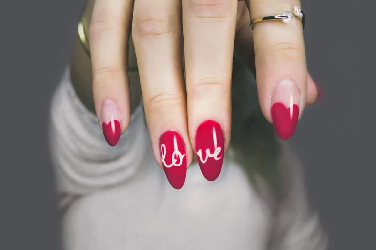 Femmes aux ongles longs violet écrit love