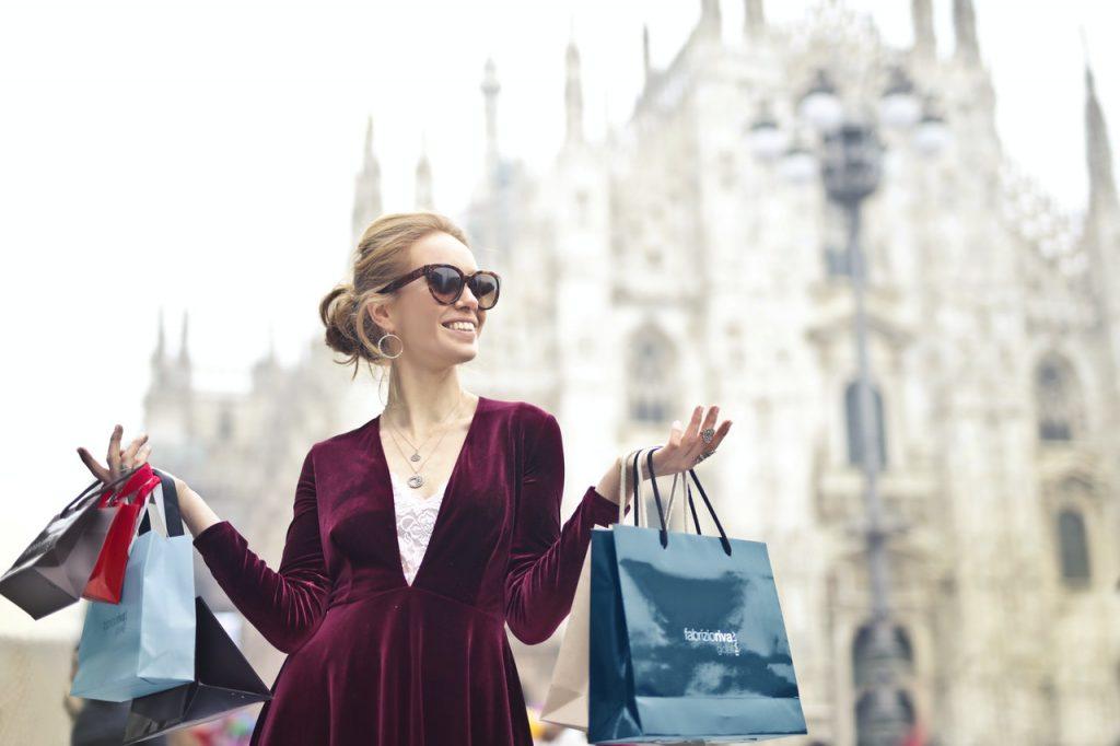 Femme faisant du shoping avec peins de sacs à la main