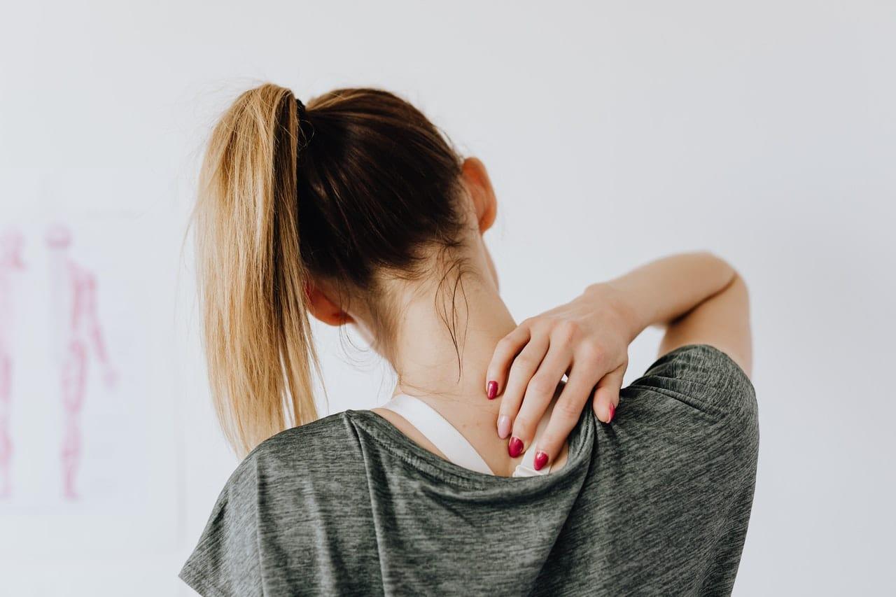 Femme ayant des douleurs au dos étirement