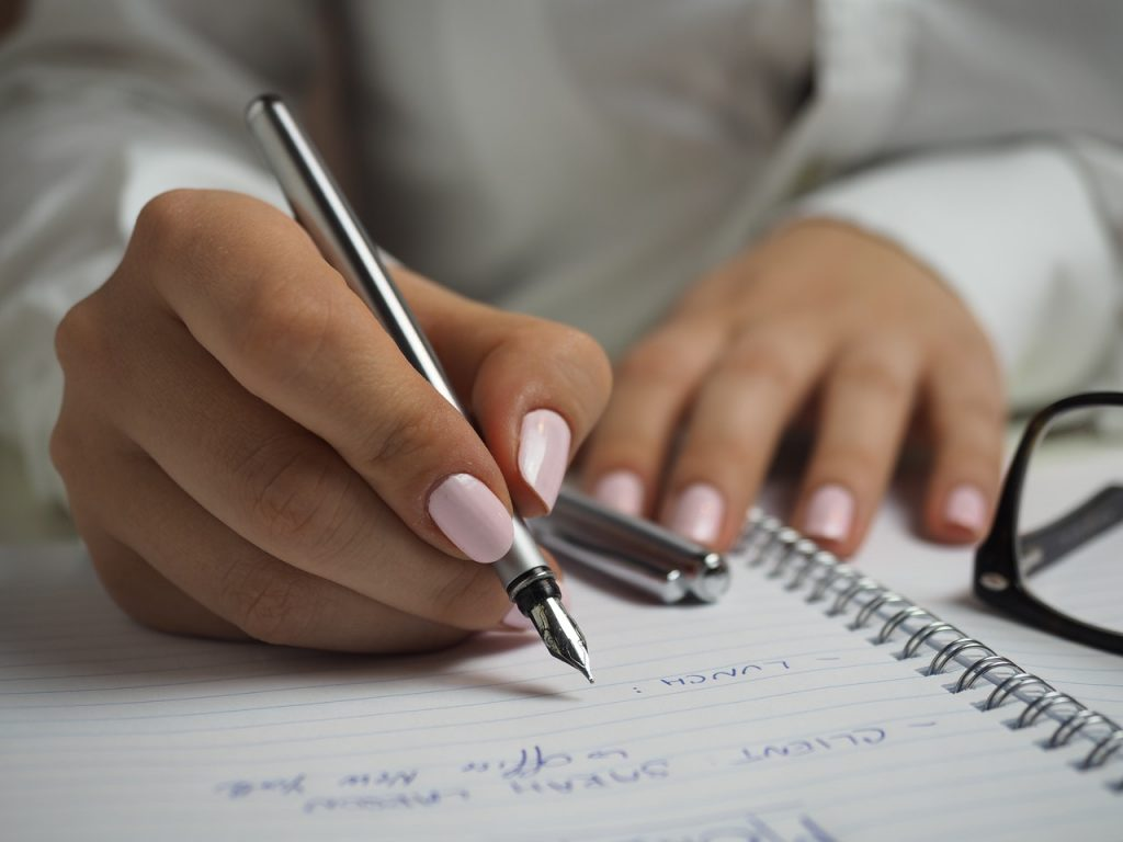 Femme travaillant aux ongles claires rose plats