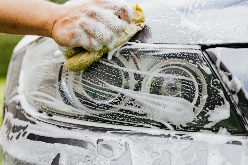 Personne lavant voiture avec du savon