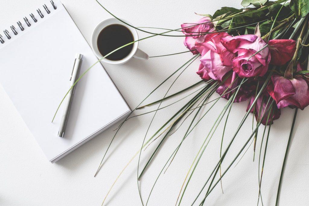 Liste de mariage avec stylo et bouquet de fleurs