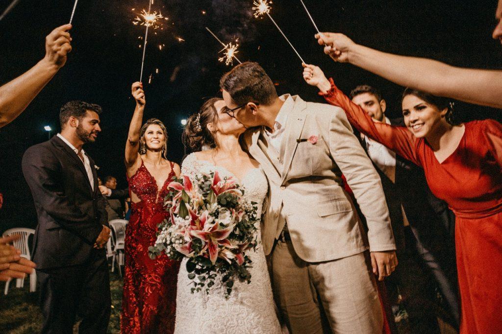 Couple de mariés fêtant leur mariage