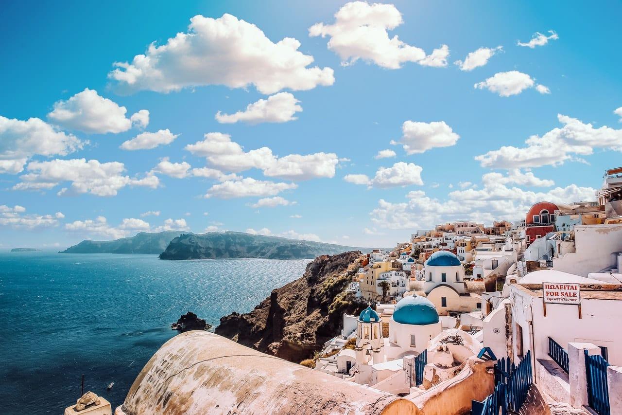 Île Grec Santorin paysage paradisiaque, touristique maison blanche au toit bleu