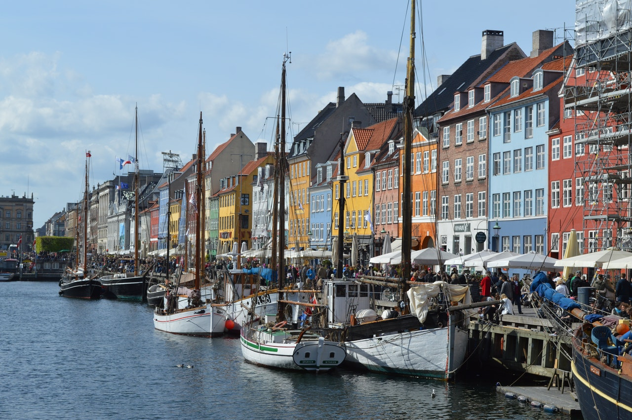 Maison typique danoise au bord de l'eau avec des bateaux