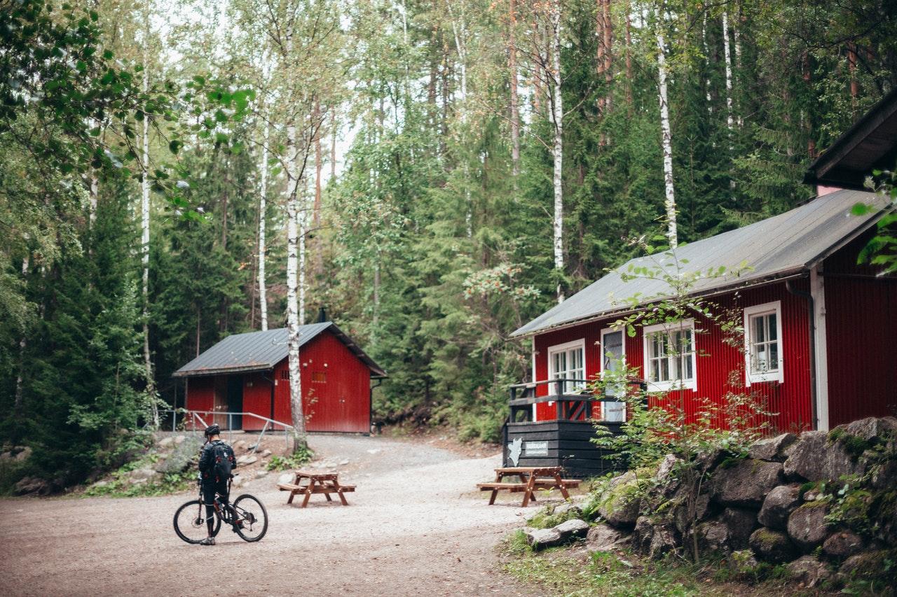Maison en bois rouge, typiquement nordique de Finlande, dans une forêt