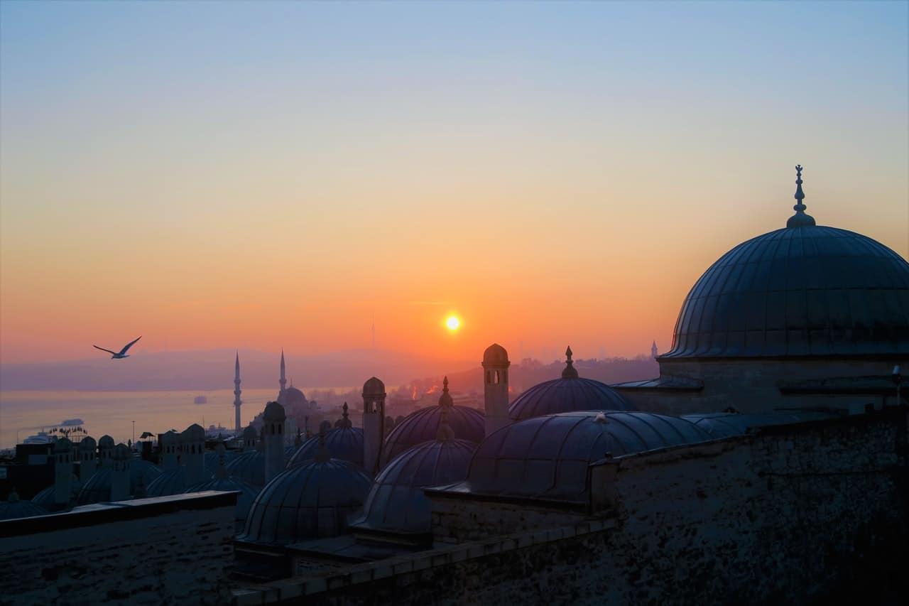 Mosquée face à un coucher de soleil