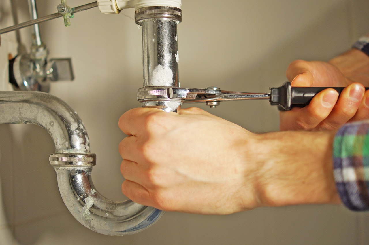Personne resserrant un anneau de tuyau, sous évier, anti fuite