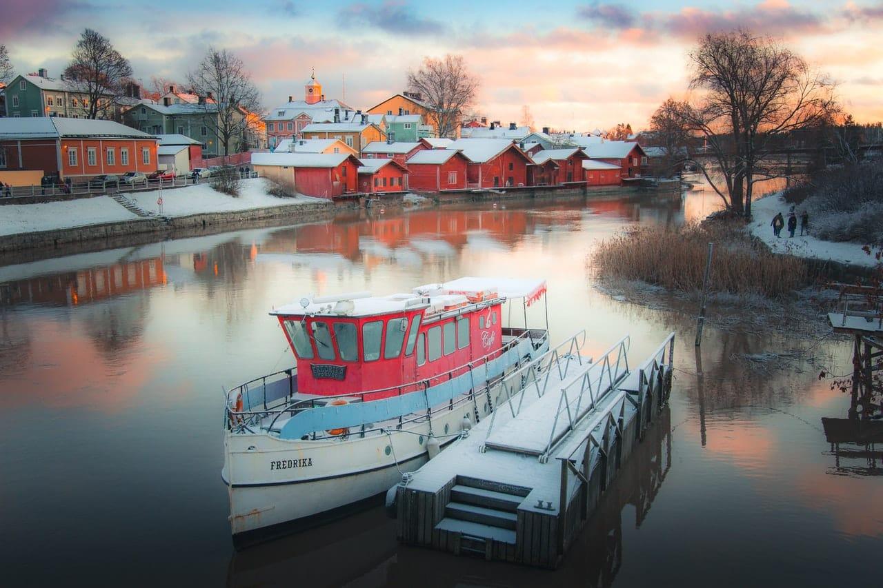 Paysage finlandais bateau maison rouge typique