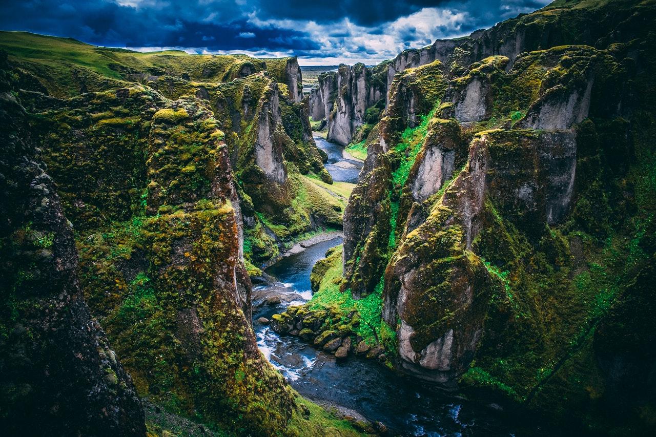 Paysage islandais avec des montagnes, des rivières, un canyon