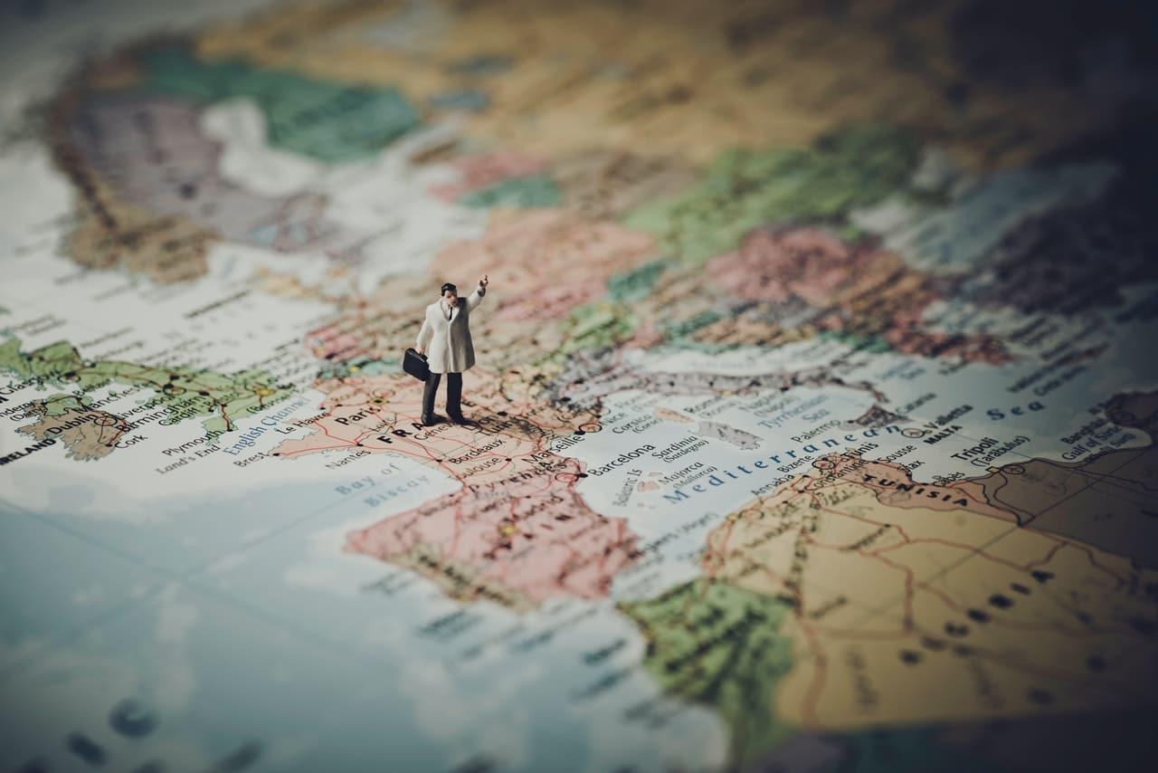 Petit personnage sur une carte, monde, map