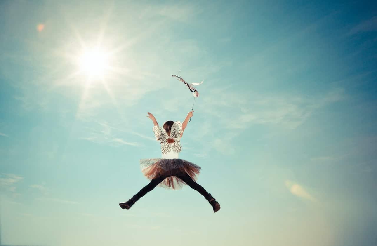 Petite fille joyeuse sautant en l'aire