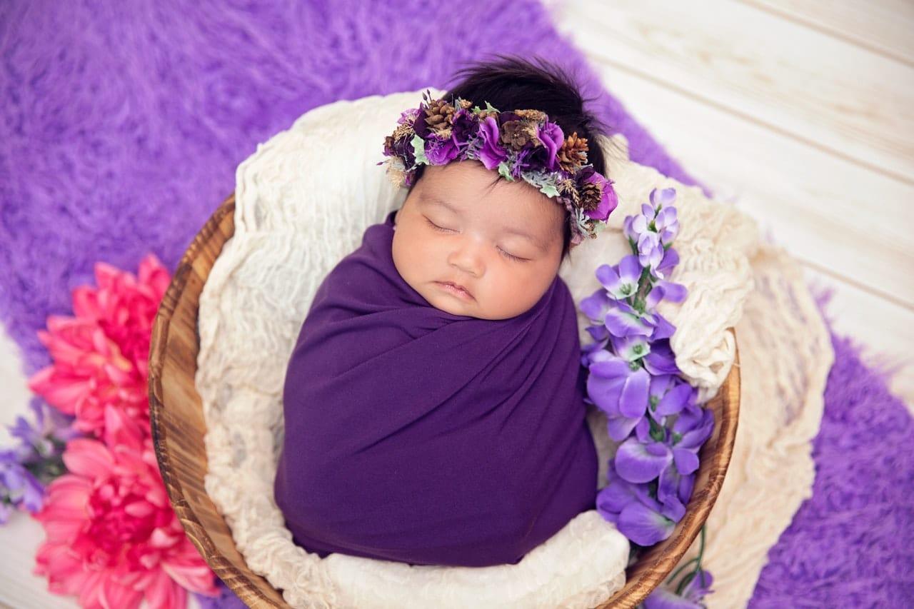 Poupon bébé fille, enveloppé dans un petit voile violet