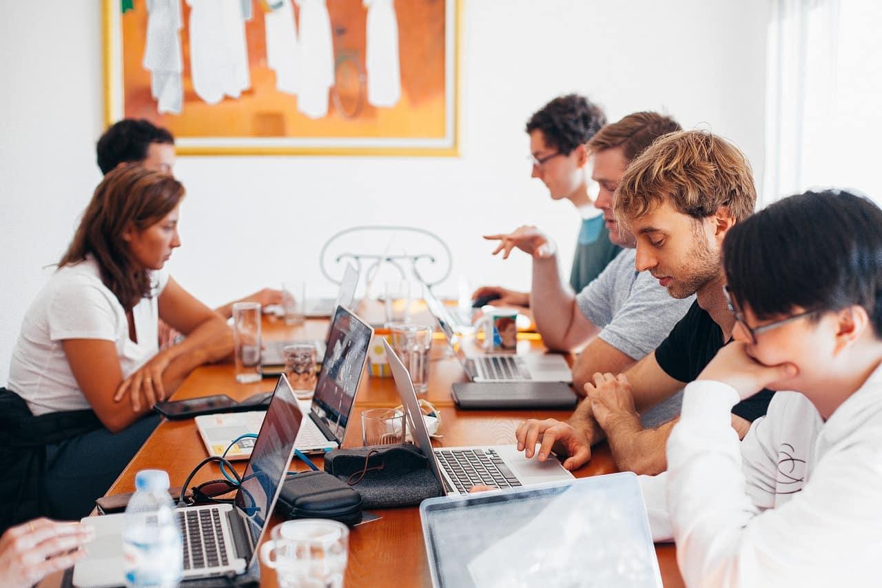 Salariés en salle de réunion employés