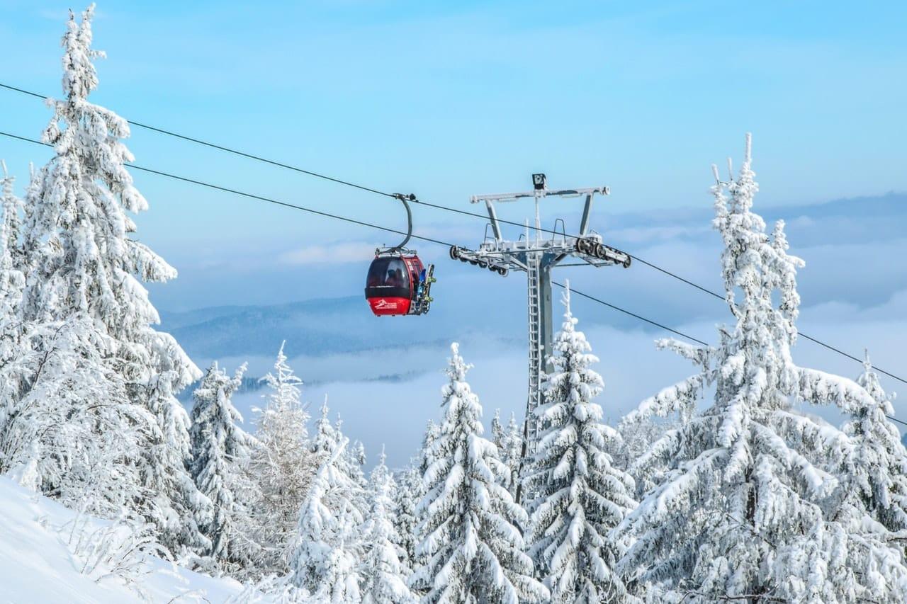 Station de ski enneigée cabine, téléphérique