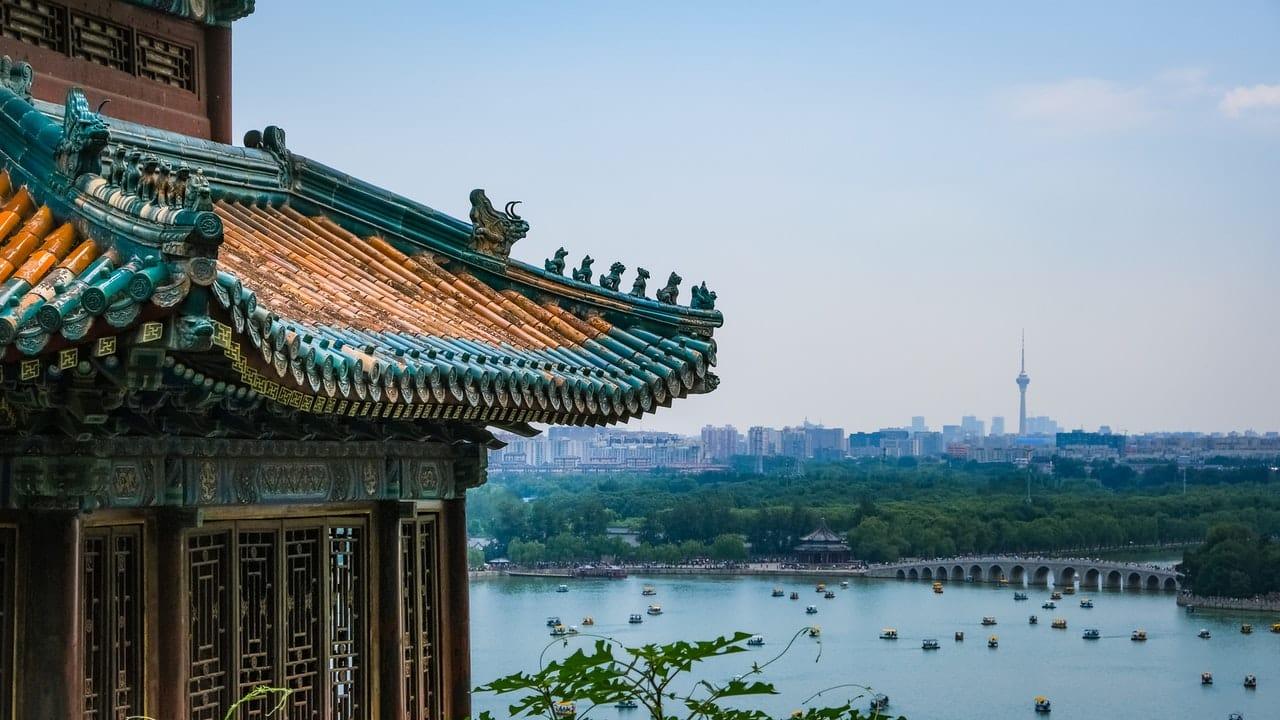 Temple chinois devant un lac