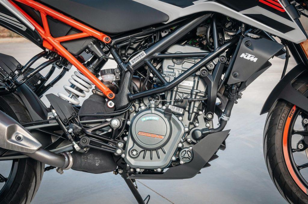 Moto 125cc orange et noir