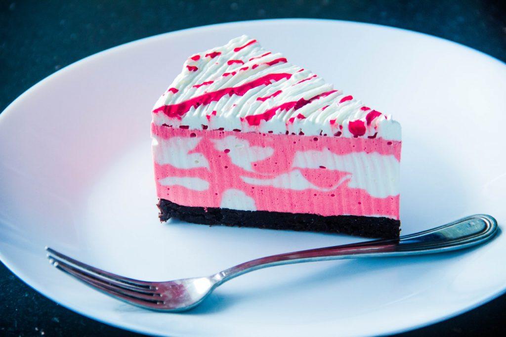 Gâteau coloré, type cheesecake rose