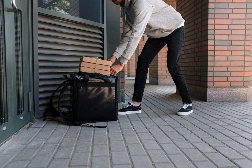 Livreur effectuant une livraison à domicile