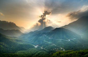 Paysage montagneux, après une averse, nuage rayon de soleil