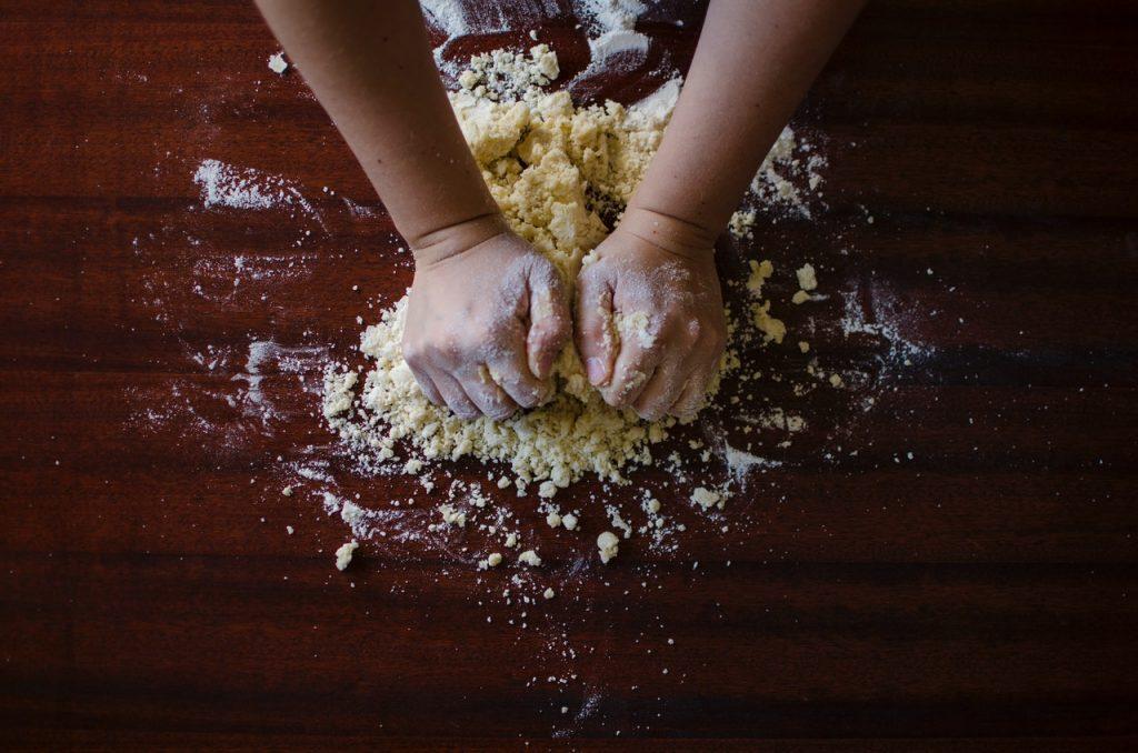 Pétrissage à main nu de farine
