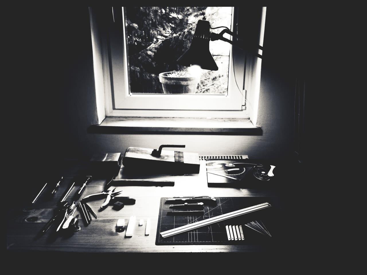 Photo en noir et blanc d'un établi
