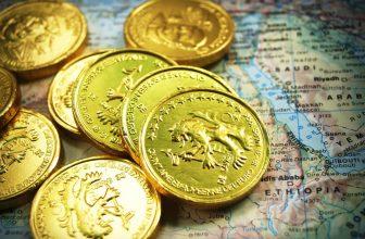 Pièces d'or posées sur une carte du monde