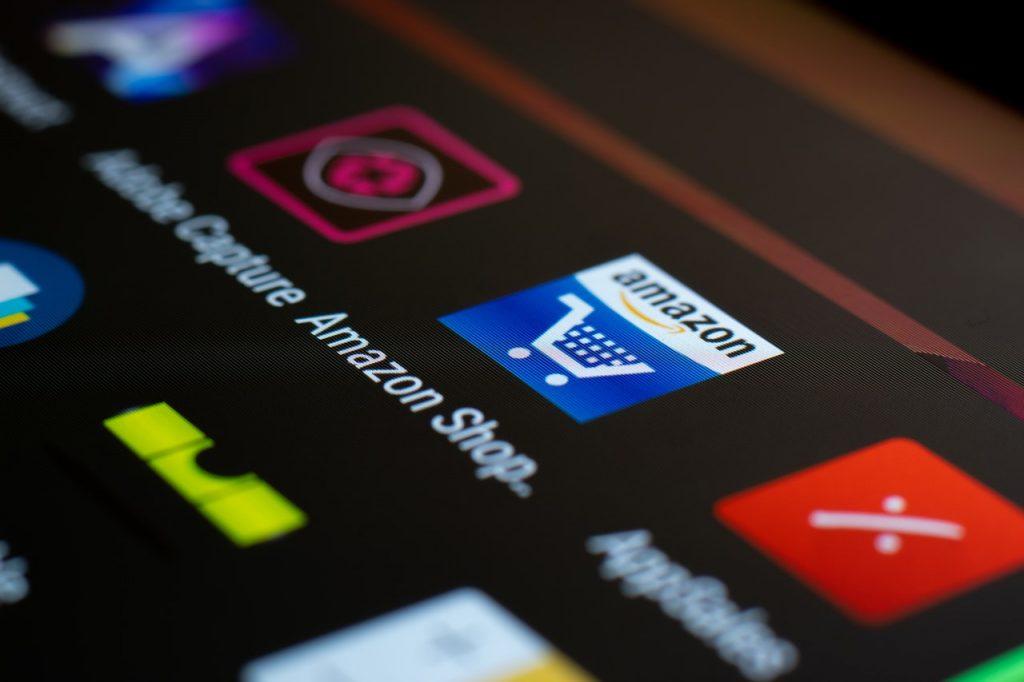 Tablette ouverte sur les applications, avec icône Amazon