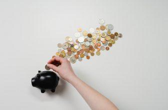 Tirelire cochon noir avec argent sortant