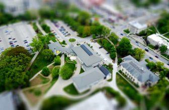 Vue aérienne d'une ville avec des maisons