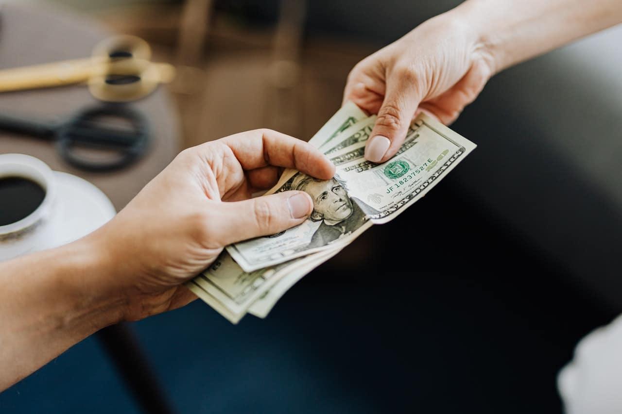 Paiement en liquide, argent, billets