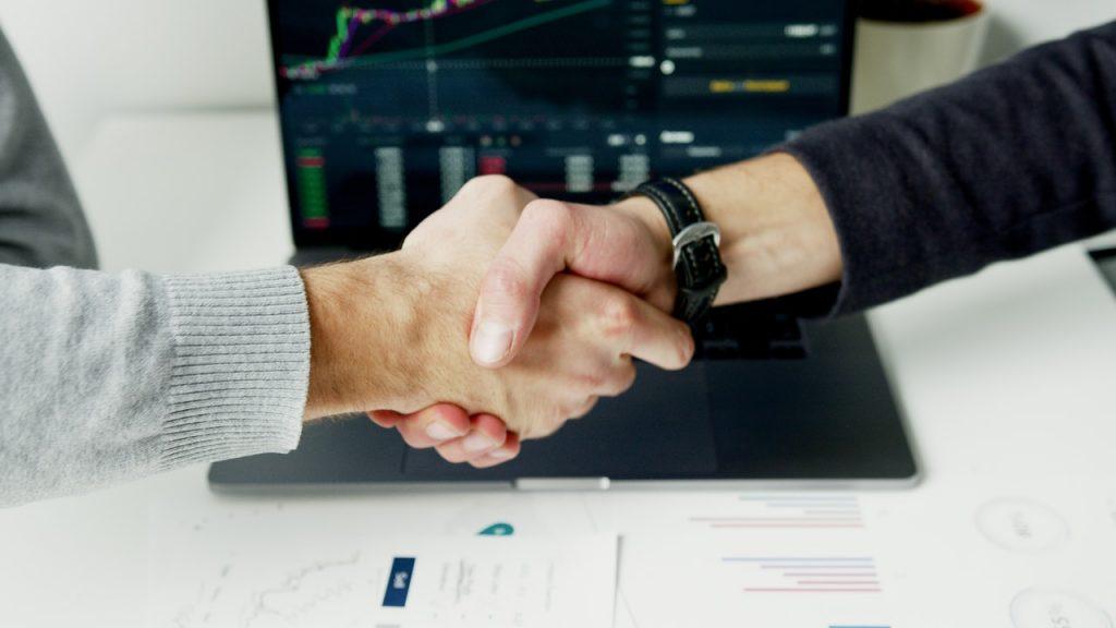 Deux hommes se serrant les mains, concluant une affaire