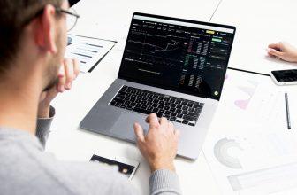 Homme courtier devant son ordinateur, graphique, finance, investissement
