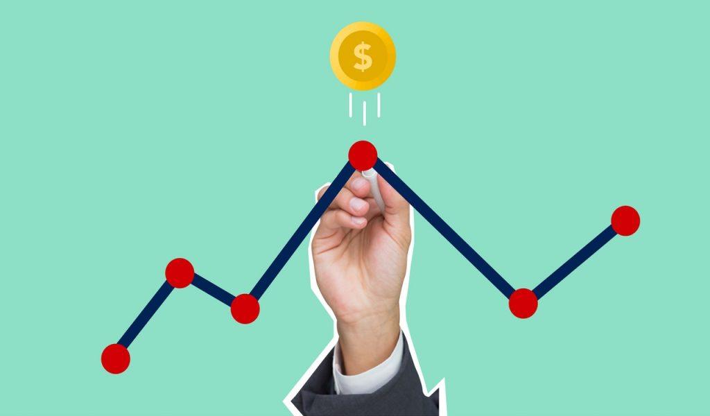 Image représentant une main traçant un graphique linéaire, le point le plus haut vise de l'argent