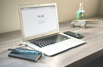 Ordinateur portable de la marque Apple modèle Macbook posé sur un bureau