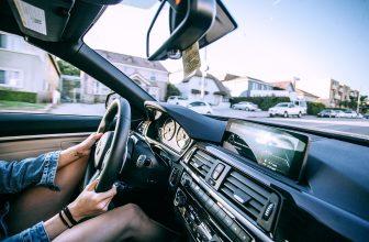 Pare brise d'une voiture, avec conducteur au volant
