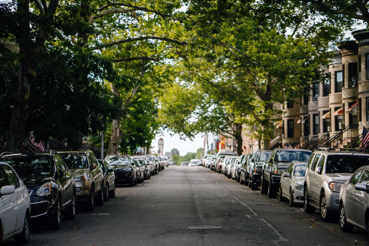 Rue résidentielle avec voitures garées sur le côté
