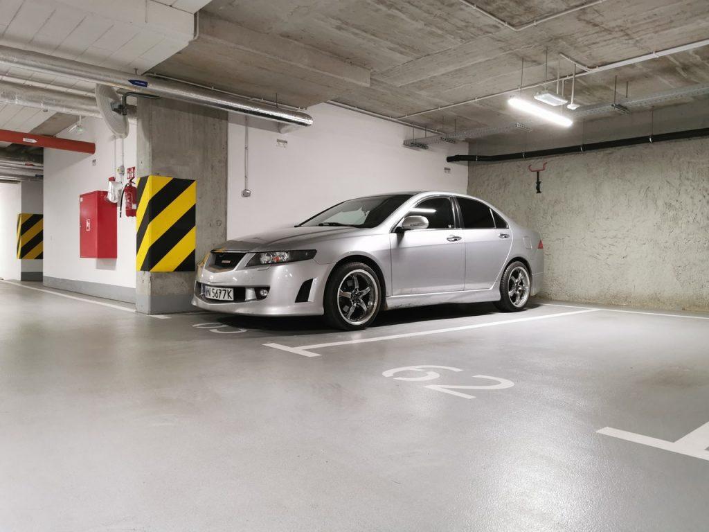 Voiture grise garée dans un parking souterain