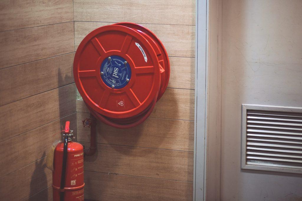 Extincteur incendie avec tuyau des pompiers