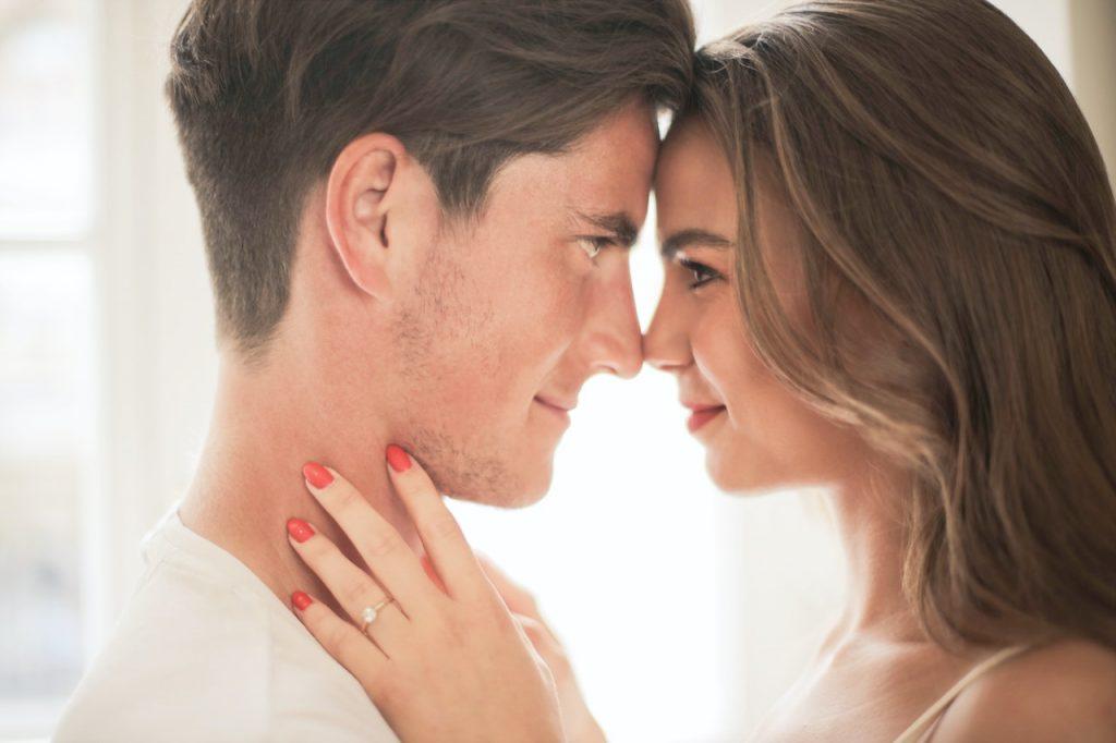 Homme et femme proche entrain de flirter
