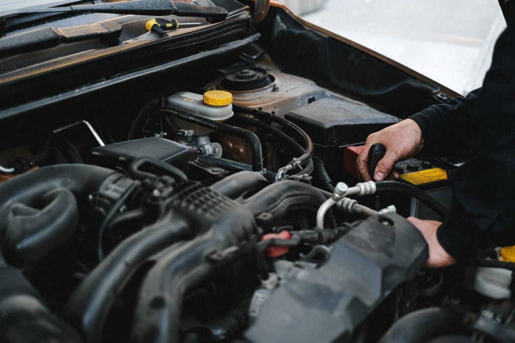 Garagiste regardant moteur d'une voiture pour l'entretien