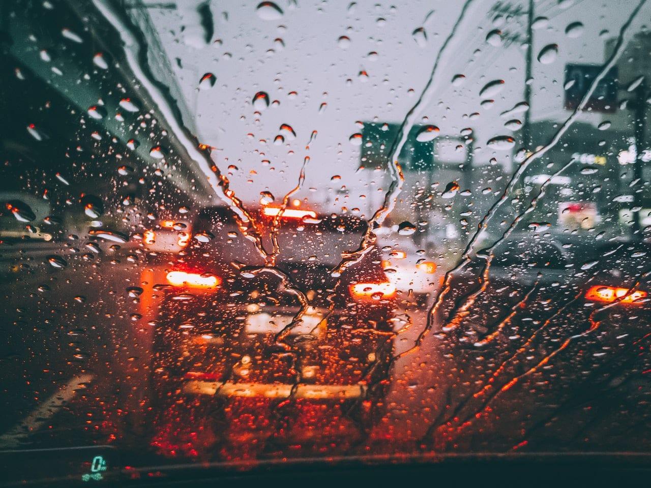 Pare brise pluie sur la route